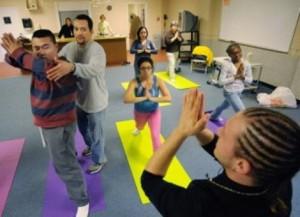 Групповые занятия йогой улучшают поведение аутичных детей