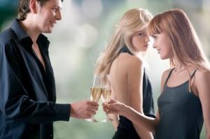 Нарциссист заставляет ревновать своего партнера