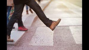 Определено, почему человек слышит звук чужих шагов и не замечает шум своих